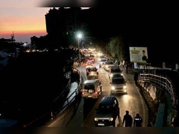 शहर में पर्यटकों की गाड़ियां बढ़ने से जाम की स्थिति भी बनी रही। - Dainik Bhaskar