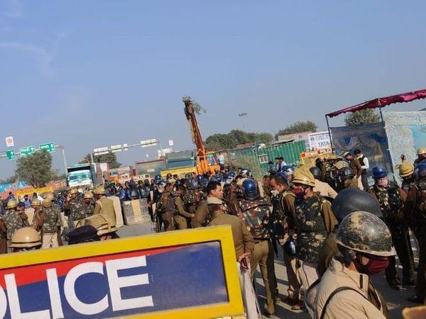 हरियाणा पुलिस ने बैरिकेड लगाकर हाईवे की दूसरी लेन भी बंद कर दी।