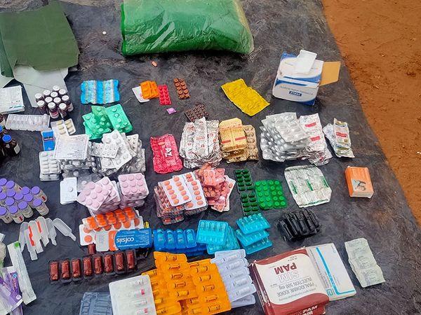 मौके से बरामद अधिकतर दवाइयां दर्द निवारक, इंजेक्शन व बुलेट इंजरी की हैं।