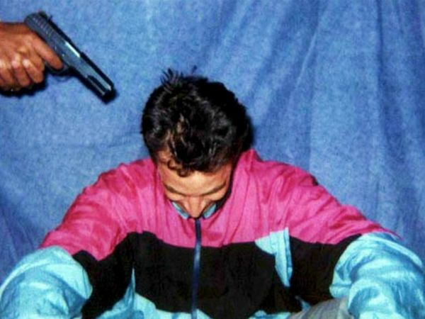 फोटो 2002 की है। तब अमेरिकी अखबार 'द वॉल स्ट्रीट जर्नल' के पत्रकार डेनियल पर्ल को पाकिस्तान में अगवा किया गया था। बाद में उनका सिर कलम कर दिया गया था। चारों आतंकियों को गिरफ्तार किया गया। अब इन्हें रिहा कर दिया गया है। - Dainik Bhaskar