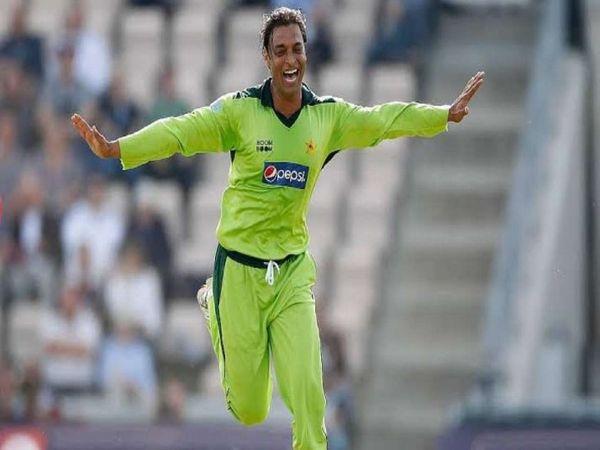 पाकिस्तान के तेज गेंदबाज शोएब अख्तर अधिकतर अपने विवादित बयान के कारण चर्चा में रहते  हैं। उनका एक साल का वीडियो वायरल हो रहा है, जिसमें वह कश्मीर और भारत पर हमले की बात कर रहे हैं। - फाइल - Dainik Bhaskar