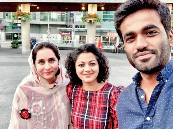 करीमा बलोच (बाएं) और एक अन्य दोस्त के साथ लतीफ जोहर बलोच। - Dainik Bhaskar