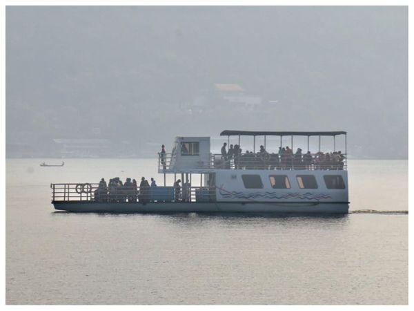 मध्य प्रदेश की राजधानी भोपाल में खुशनुमा मौसम के बाद क्रूज पर सवारी करते पर्यटक।