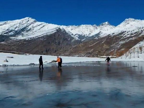 हिमाचल प्रदेश में जोरदार बर्फबारी से लाहौल-स्पीति में तापमान शून्य से नीचे पहुंच गया है। यहां खोलुडु झील पूरी तरह जम गई है। - Dainik Bhaskar