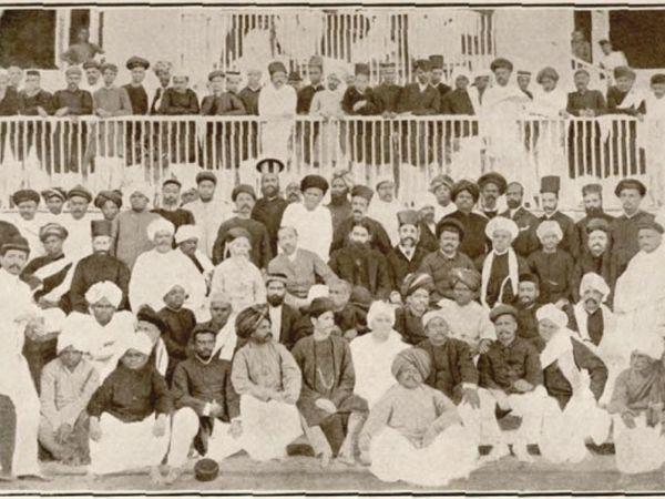 तस्वीर 28 दिसंबर 1885 को बंबई में हुए कांग्रेस के पहले अधिवेशन की है। इसमें 78 सदस्यों की मौजूदगी में व्योमेश चंद्र बनर्जी को कांग्रेस का पहला अध्यक्ष चुना गया था।