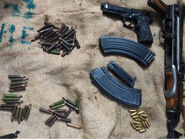 आतंकियों के पास से AK असॉल्ट रायफल, AK सीरीज की दो मैगजीन, 60 AK राउंड, दो मैगजीन और 15 राउंड के साथ एक पिस्टल बरामद की गई। - Dainik Bhaskar