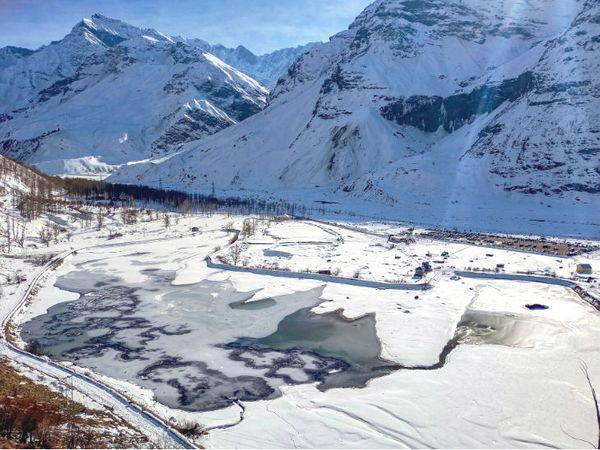 हिमाचल में 25 दिसंबर को फिर बर्फबारी हुई। इसके बाद लाहौल-स्पीति की सिसु झील जम गई है।
