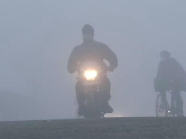 लुधियाना में घने कोहरे के कारण विजिबिलिटी काफी कम रही। शनिवार सुबह आने-जाने वालों को दिक्कतों का सामना करना पड़ा।