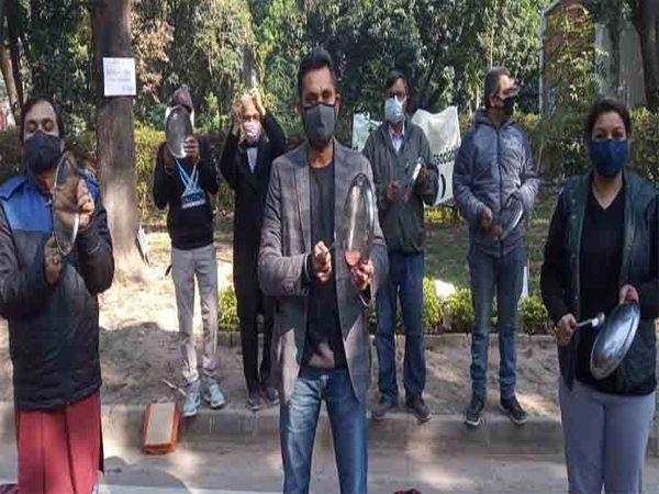 पीयू टीचर्स की ओर से आज भी वीसी कैंप ऑफिस के बाहर रोष प्रदर्शन किया। थालियां बजाकर वीसी का जगाने की कोशिश की। - Dainik Bhaskar