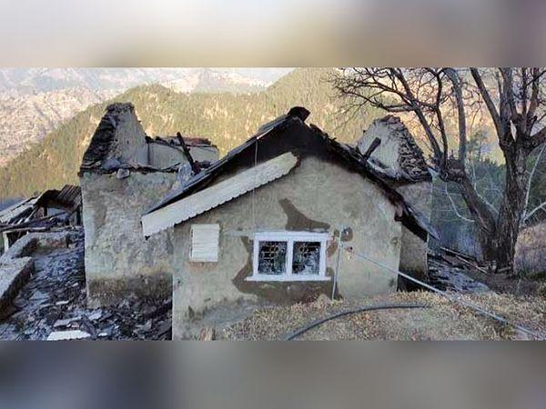 मंडी के गांव बखरास में पंजाब पुलिस के रिटायर्ड महानिदेशक सरबजीत सिंह का क्षतिग्रस्त फार्म हाउस, जिसमें शनिवार देर रात आग लग गई। - Dainik Bhaskar