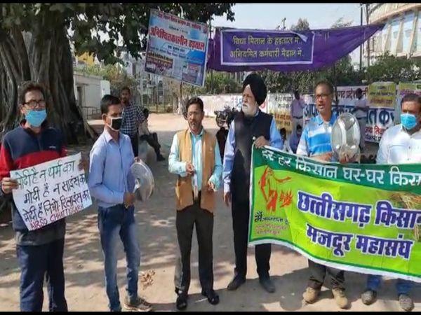 तस्वीर रायपुर के धरना स्थल की है। इस दौरान किसान और मजदूर संगठन के नेता प्रदर्शन करते रहे। - Dainik Bhaskar