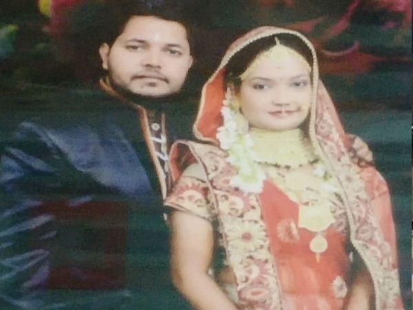 शादी के जोड़े में पति सागर के साथ नेहा सक्सेना (फाइल फोटो) - Dainik Bhaskar