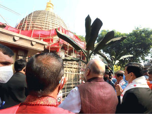 कामाख्या मंदिर परिसर में गृह मंत्री अमित शाह।