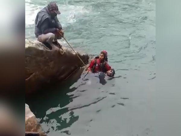 मणिकर्ण में युवक की लाश को निकालने के लिए पार्वती नदी में उतरे रेस्क्यू टीम के सदस्य। - Dainik Bhaskar