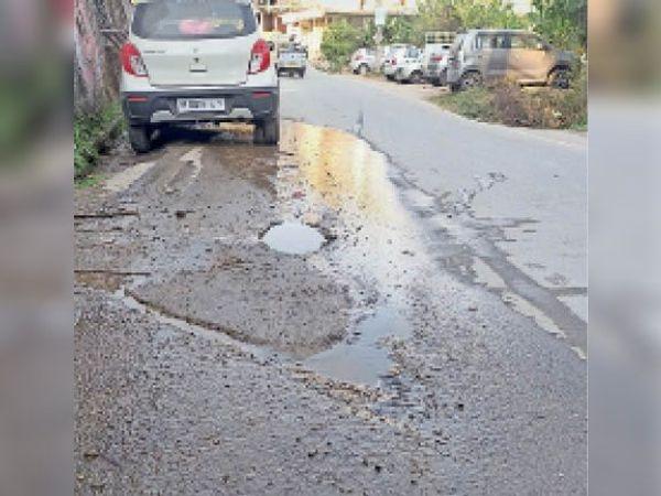 यहां ईओ के रेजीडेंस के पास पीडब्ल्यूडी कॉलोनी को जोड़ने वाले रोड पर तीन महीने से यूं ही रिस रहा है पानी। विभाग इसे ठीक नहीं कर पाया। - Dainik Bhaskar