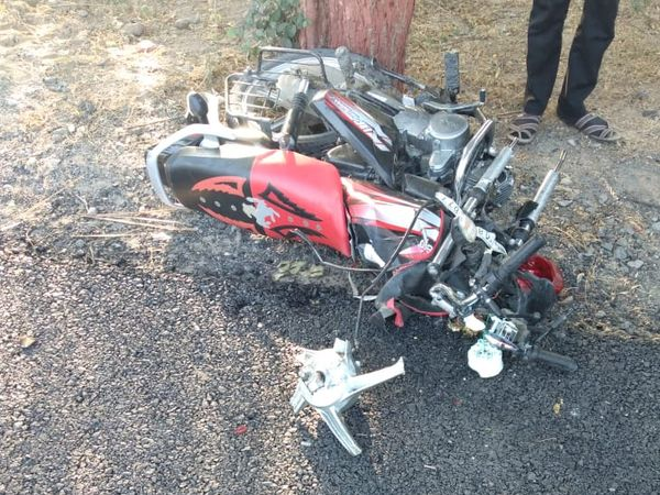 दुर्घटनाग्रस्त बाइक।