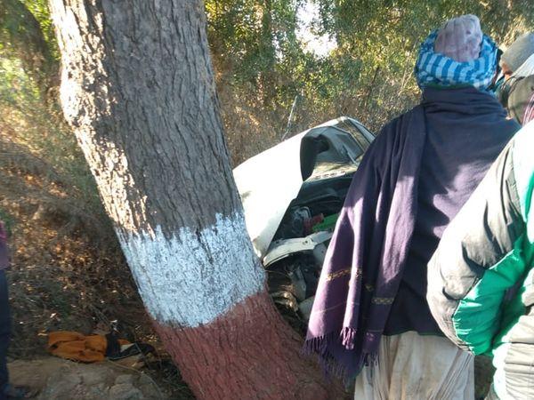 कार बाइक से टकराने के बाद सड़क किनारे नीचे उतरकर पेड़ से जा टकराई।