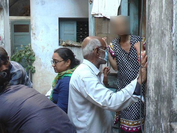 कमरे से बाहर आती हुई अब 39 साल की हो चुकी बेटी मेघा, जिसने मनोविज्ञान में एमए की डिग्री ले रखी है।
