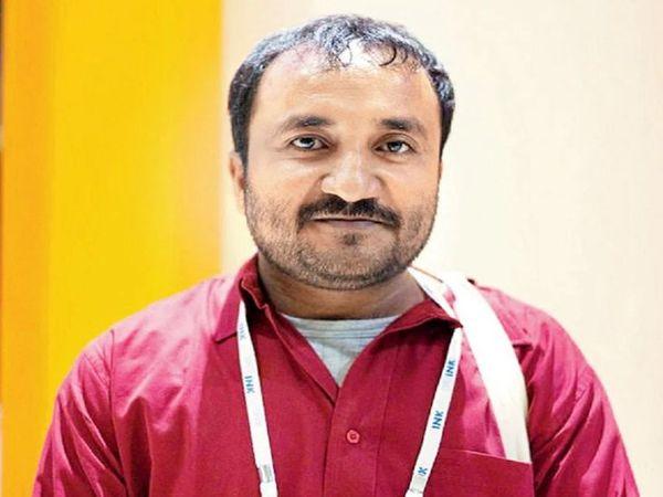 आनंद कुमार 'सुपर 30' के संचालक हैं और इसमें प्रतिभाशाली विद्यार्थियों को इंजीनियरिंग एंट्रेंस एग्जाम की तैयारी कराते हैं। - Dainik Bhaskar
