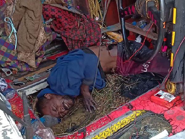 ग्रामीणों ने ट्रक में झांककर देखा तो चालक अंदर फंसा हुआ। सूचना मिलने पर पुलिस भी पहुंच गई और JCB लगाकर चालक को बाहर निकाला गया।