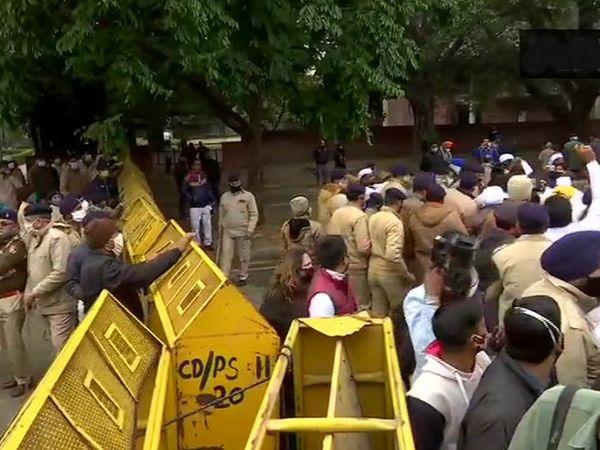 चंडीगढ़ में प्रदर्शनकारियों को रोकते हुए पुलिस।