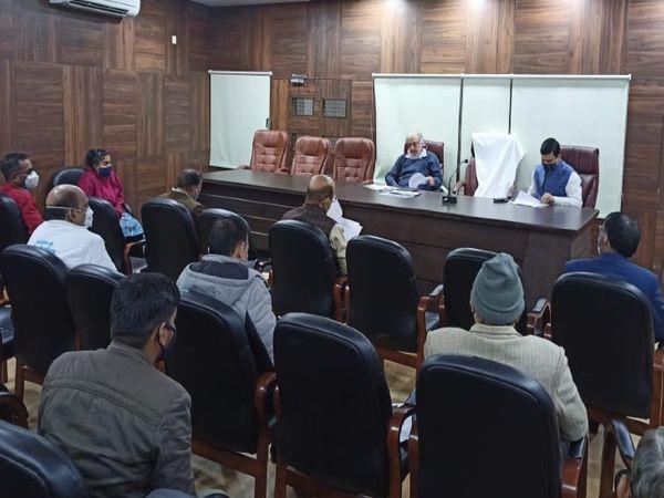 अपर मुख्य सचिव ने अधिकारीयों संग कोरोना संक्रमण के रोकथाम, चिकित्सा व वैक्सीनेशन की व्यवस्था को लेकर समीक्षा बैठक की। - Dainik Bhaskar