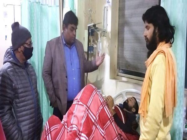 अस्पताल में किसान मनदीप का हाल जानने पहुंचे समाजसेवी। - Dainik Bhaskar