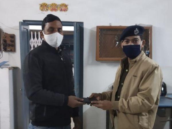 अमरेंद्र कुमार को हटिया स्टेशन पर उनका मोबाइल लौटाया गया।