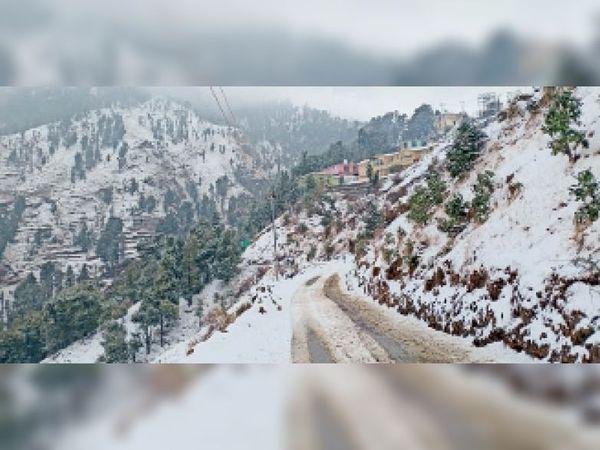 हरिपुरधार क्षेत्र में ताजा बर्फबारी होने से शिमला-मीनस रोड समेत सभी प्रमुख मार्ग बंद हो गए है। - Dainik Bhaskar