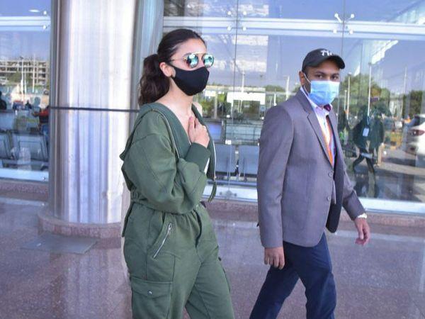 जयपुर एयरपोर्ट पहुंची आलिया भट्ट।