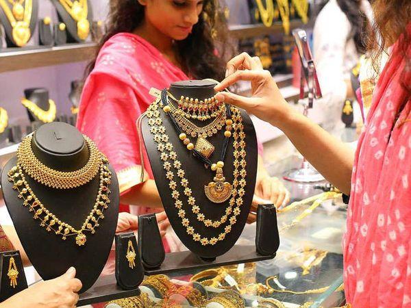फरवरी में डिलीवर होने वाले सोने की कीमत 0.01 प्रतिशत की गिरावट के साथ 50,010 रुपए प्रति 10 ग्राम हो गई - Dainik Bhaskar