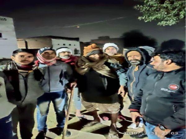 निराश्रितों को सर्दी से बचाव के लिए रैनबसेरा ले जाते निगम कर्मचारी। - Dainik Bhaskar