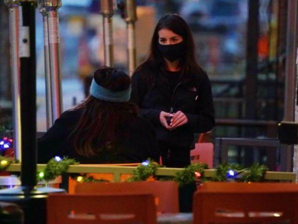 अमेरिका के डेनवर में मंगलवार को एक रेस्टोरेंट में मास्क लगाए वेटर। अमेरिका में भी उस नए स्ट्रेन ने दस्तक दे दी है, जो ब्रिटेन में पाया गया था।