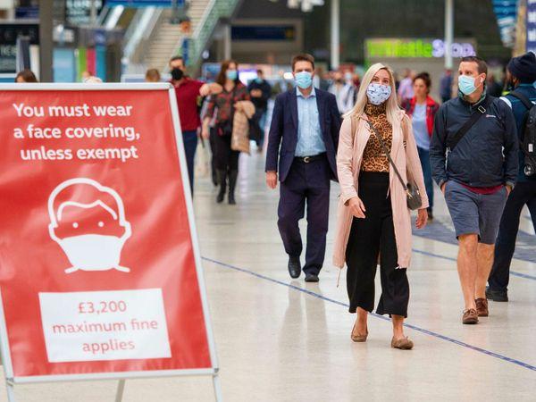मंगलवार को लंदन के एक मॉल में मौजूद लोग। यहां मास्क लगाना जरूरी है। ऐसा नहीं करने पर जुर्माना देना पड़ेगा। मंगलवार को ब्रिटेन में 53 हजार से ज्यादा मामले सामने आए।