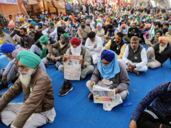 तीन नए कानूनों के खिलाफ किसान दिल्ली बॉर्डर पर पिछले एक महीना से डेरा डाले हुए है। उनकी मांग है कि सरकार इसे वापस ले।