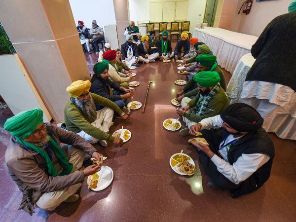 सरकार और किसानों के बीच बुधवार को 7वें दौर की बातचीत हुई। इस दौरान हमेशा की तरह किसान खाना अपने साथ ले गए थे। विज्ञान भवन में मीटिंग के बीच उन्होंने जमीन पर बैठकर खाना खाया। - Dainik Bhaskar