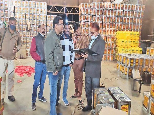 श्रीकृष्णा एडिबल ऑइल मिल पर दस्तावेजाें काे चेक करते अधिकारी। - Dainik Bhaskar