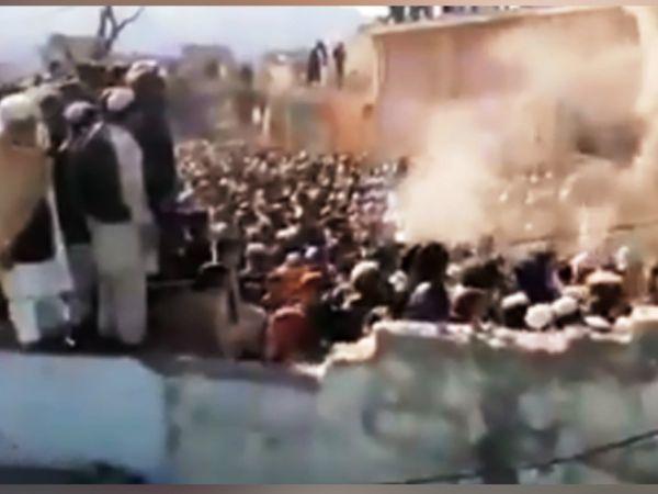 पाकिस्तान के खैबर पख्तूनख्वा प्रांत के करक जिले में बुधवार को स्थानीय भीड़ ने एक मंदिर में तोड़फोड़ की। - Dainik Bhaskar