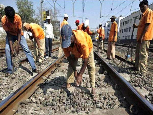मंडीदीप-बरखेड़ा के बीच तीसरी रेलवे लाइन को तैयार करते रेल कर्मचारी। - Dainik Bhaskar