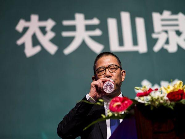 झोंग शानशान की कंपनी नोंगफू स्प्रिंग ने 1997 में पहला पैकेज्ड ड्रिंकिंग वाटर लॉन्च किया था।