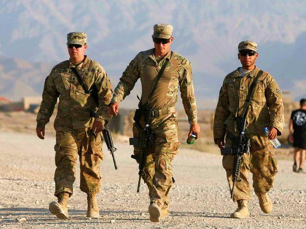 अफगानिस्तान में इस वक्त करीब पांच हजार अमेरिकी सैनिक मौजूद हैं। एक रिपोर्ट के मुताबिक, चीन भाड़े के लोगों के जरिए इन अमेरिकी सैनिकों पर हमले कराने की साजिश रच रहा है। (फाइल) - Dainik Bhaskar