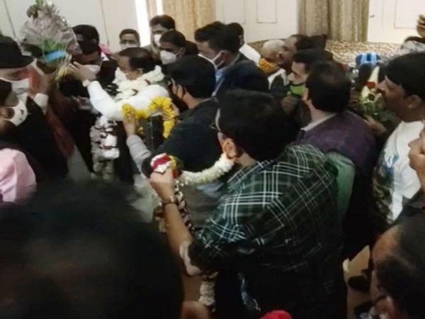 नगरीय विकास एवं आवास मंत्री भूपेन्द्र सिंह के स्वागत के लिए पहुंचे बड़ी संख्या में कार्यकर्ता। - Dainik Bhaskar