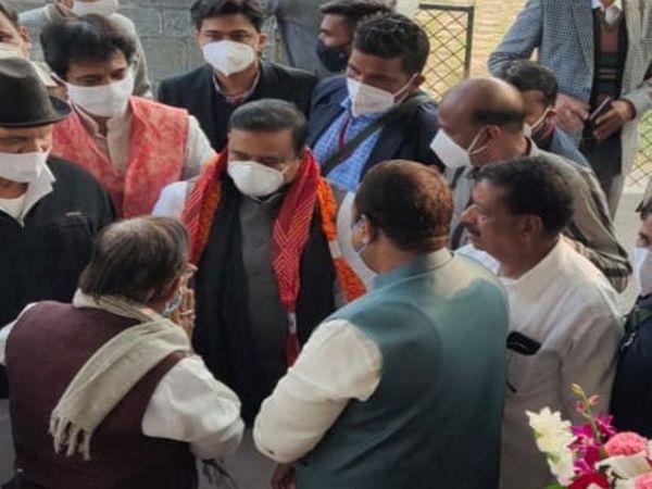 मंत्री सिंह लाइट प्रोजेक्ट के शुभारंभ कार्यक्रम में शामिल होने आए हैं।