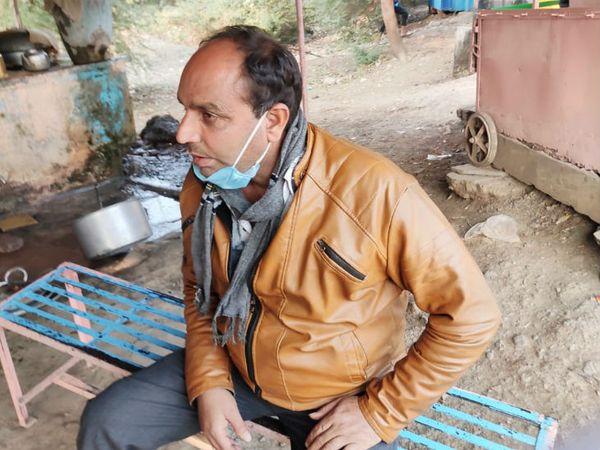 सजा सुनाए जाने के बाद कोर्ट के बाहर चाय की दुकान पर बैठा सचिव धर्मेंद्र जोशी - Dainik Bhaskar