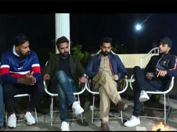 'लेंहदा पंजाब' के पंजाबी कलाकार। (बाएं से) विकार भिंडर, शहजाद सिद्ध, एआर वाटो और लिजाज घुग फैसलाबाद पाकिस्तान में पंजाबी चैनल को इंटरव्यू देते हुए। - Dainik Bhaskar