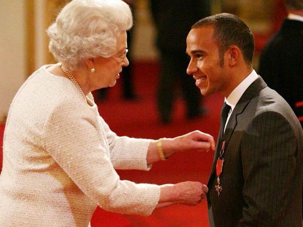 लुइस हैमिल्टन को 2008 में ऑर्डर ऑफ MBE अवॉर्ड मिला था। यह ब्रिटेन का तीसरा सबसे बड़ा सम्मान है। - Dainik Bhaskar