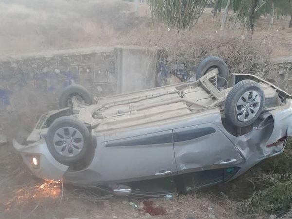 बिजयनगर के निकट जालिया के पास कार असंतुलन होकर हाइवे से नीचे पलट गई - Dainik Bhaskar