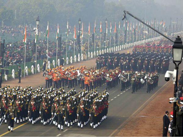 परेड राजपथ से मार्च करती हुई लालकिला पर खत्म होती थी। इस बार इंडिया गेट के नेशनल स्टेडियम पर ही इसे खत्म कर दिया जाएगा। (फाइल फोटो) - Dainik Bhaskar