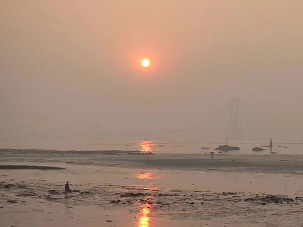 फोटो मुंबई के महिम बीच की है। 31 दिसंबर की शाम को यहां सन्नाटा पसरा रहा।