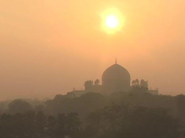 फोटो दिल्ली के निजामुद्दीन की है। यहां सूर्यास्त के साथ शहर की धुंध भी नजर आई।
